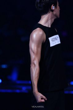 """Exo - Chanyeol """"Remember when he used to have noodle arms? Og bless this man ❤️"""""""