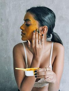 Clearer skin: A Traditional East Indian Honey And Turmeric Mask for the Season via the Haati Chai Ch Honey And Turmeric Mask, Turmeric Face Mask, Honey Face Mask, Tumeric Masks, Turmeric Facial, Mask For Dry Skin, Glowy Skin, Homemade Face Masks, Natural Face