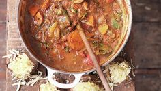 Smoky vega chili van geroosterde groenten en gepofte aardappels met kaas - recept | 24Kitchen