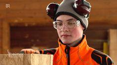 Der jüngste deutsche Meister im Speedcarving | Heimatrauschen | BR // Felix Kroiß ist mit seinen 20 Jahren Deutschlands schnellster Kettensägenschnitzer auf Zeit. Holz ist sein Leben. Das hat er vom Papa, der Schreiner ist. Und weil bei ihm das Werkzeug immer so rumlag, versuchte sich Felix schon mit zwölf Jahren an kleinen Figuren. Jetzt hat er seine Konkurrenten - alles g'standene Mannsbilder - bei der Deutschen Meisterschaft im Speedcarving 2015 in Bad Mergentheim abgehängt und holte sich