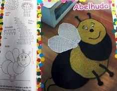 Tapete infantil de crochê em formato de abelha com gráfico.