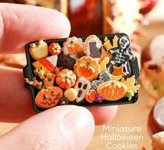 ":: Crafty :: Clay ☾☾ Halloween ☾☾ Paris Miniatures: ""Miniature autumn / Halloween cookies and treats! Which would you nibble first? Biscuits Halloween, Halloween Cookies, Halloween Fairy, Halloween Crafts, Halloween House, Vintage Halloween, Halloween Miniatures, Dollhouse Miniatures, Haunted Dollhouse"