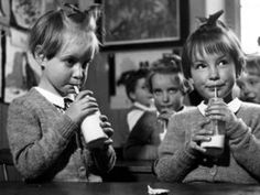 The joy of a childhood Great photo – do you remember school milk at your primary school? via Daily Express Vintage School, Vintage Kids, My Childhood Memories, Nice Memories, School Memories, Thing 1, Feeling Sick, My Youth, My Memory