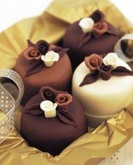 The Perfect World. Welcome \O/ — comtesse-du-chocolat: Chocolate rose mini cakes . Chocolate Roses, Chocolate Heaven, Love Chocolate, Chocolate Cake, Modeling Chocolate, Chocolate Covered, Fancy Cakes, Mini Cakes, Petit Cake