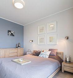 Graublaue Wandfarbe Und Helle Massivholzmöbel Im Schlafzimmer