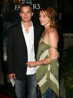 Meet Alexis Knief, wife of Timothy Olyphant since 1991 - Entertainment Timothy Olyphant Hitman, Flags Of Our Fathers, Walton Goggins, Short Choppy Hair, Celebrity Couples, Movie Stars, Stripes, Saree, Entertaining