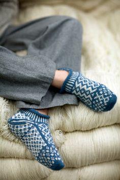 237 R Rauma -gratis Rainbow Dog, Foot Warmers, Knitted Slippers, Cool Socks, Awesome Socks, Knitting Socks, Knitting Projects, Fingerless Gloves, Mittens