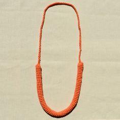 Colar de crochet LUIZA na cor laranja.