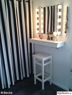 sminkbord,sminkhörna,sminkhylla,sminkspegel Diy Vanity Table, Vanity Room, Dressing Table For Small Space, Small Room Bedroom, Bedroom Decor, Pinterest Room Decor, Diy Home Furniture, Bedroom Styles, Beauty Room