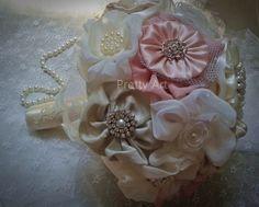 BUQUÊ DE FLORES DE TECIDO: Buquê de diversos tecidos: chiffon importado, musseline, cetim, organza, tule, rendas, missangas peroladas, broches, entre outros adereços. Encomende o seu personalizado. Pode ser feito em outras cores, com detalhes que combinem com o vestido da noiva ou com o casamento em geral.  Medidas: Aproximadamente 70cm de circunferência, 38cm de diâmetro 32cm de comprimento   …