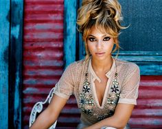 Here is a gallery of beyonce hairstyles updos that could be used as wedding or prom hairstyles. Beyonce rarely wears her hair in updos, but when she does her hair is elegant and sophisticated. Louboutin Pigalle, Coiffure Hair, Christian Louboutin, Ombre Highlights, Beyonce Style, Beyonce Beyonce, Pelo Natural, Mode Boho, Beyonce Knowles