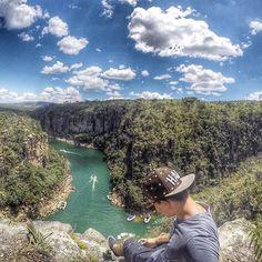 A cidade de Capitólio fica localizada no estado de Minas Gerais. Com um população de aproximadamente 10mil habitantes o local esbanja beleza e tranquilidade. .  A principal atração de lá são os famosos Cannyons de Capitólio. Enormes fendas e paredões com mais de 20m de altura que se misturam a diversas cachoeiras com sucessivas quedas d'água. O acesso para os Cannyons é pelo Lago de Furnas por meio de lancha ou escuna. .  Foto: @hugo_mac3  Local: Cannyons de Capitólio - MG .  #Brasil…