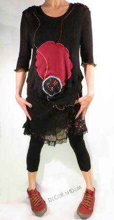 abito nero rosso,mini abito boho,fanky,upcycled,abito fiorato,fiori rossi,balza,con pizzo nero,con ricami,stoffa riciclata,upcycled clothing