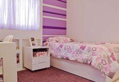A parede forrada de tecido (uma tendência) combina com o revestimento do sofá. A casinha de bonecas virou estante Foto: Divulgação: Maite Maiani Arquitetura e Design