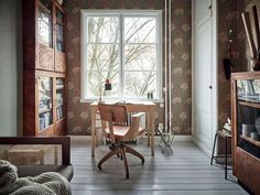 Old meets new with vintage furniture and William Morris wallpaper in a Swedish home William Morris Wallpaper, Morris Wallpapers, Black Radiators, Narrow Rooms, Turbulence Deco, Warm Colour Palette, Exposed Brick Walls, Loft House, Swedish House