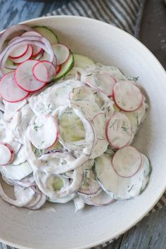 Sprød salat med agurk og en lækker dildressing. Denne salat tager ingen tid at lave og smager virkelig godt. Den er perfekt til et godt stykke kød eller bare en lækker grillpølse. Salaten kan også bruges i burger, sandwich eller pitabrød. #Salat #Agurk #Dressing #Tilbehør Cucumber Recipes, Breakfast Snacks, Mediterranean Recipes, Fresh Rolls, Low Carb, Low Fodmap, Tapas, Vegetarian Recipes, Grilling