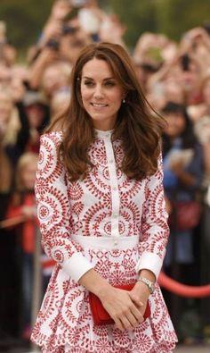 É só Kate Middleton dar as caras fora do palácio que os fashionistas ficam em polvorosa: que marca ela está usando? Qual o preço da peça? Quando acontece uma viagem real, em que a família de William passa dias e dias em turnê internacional, o frenessi cresce exponencialmente. É o que está acontecendo com o passeio pelo Canadá, onde Kate tem reafirmado seu estilo pessoal clássico e influente. A seguir, os detalhes dos looks usados pela duquesa de Cambridge no últimos dias DON MACKINNON / AFP