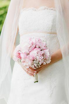Brautstrauß aus rosafarbenen Pfingstrosen und Schleierkraut bei www.weddingstyle.de| Foto: Irina und Chris Wegelin