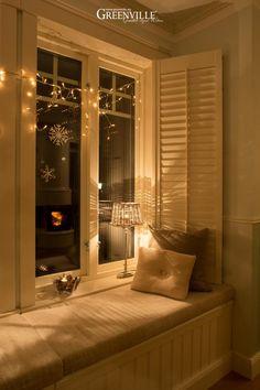 Die Fensterbank im Erker ist Weihnachten ein besonders gemütlicher Platz.