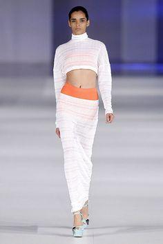 Conjunto de falta y top de manga larga de color blanco y complementos naranja en el 080 Barcelona Fashion P/V 2014 #trend #style