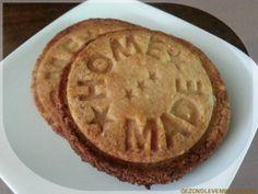 Basisrecept voor suikervrije en glutenvrije zandkoekjes, maar 0,75 koolhydraten per stuk.  Zandkoekjes worden vaak met vormpjes uitgedrukt. Ik heb een koekjesstempel van de Xenos gebruikt. Dat geeft ook een mooi effect.