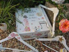 Caja de vino convertida en costurero. Está decorada con decoupage de servilleta y stencils