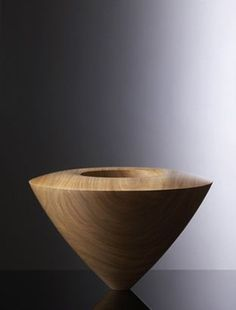 Everything about Siegfried Schreiber and his unusual sculptures and turnings of wood. Wood Turning Lathe, Wood Turning Projects, Wood Lathe, Wood Turned Bowls, Wood Bowls, Wooden Vase, Wooden Boxes, Lathe Projects, Wood Projects