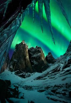 Number 1 on my bucket list: See the Aurora Borealis. The aurora over enormous peaks in Yukon territory Beautiful Sky, Beautiful World, Beautiful Places, Cool Pictures, Cool Photos, Amazing Photos, All Nature, Lofoten, To Infinity And Beyond