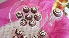 Τρούφες Καρύδας με Γκανάς Μαύρης Σοκολάτας Butter Salmon, Kitchen Stories, Greek Recipes, Mini Cupcakes, Truffles, Coconut, Candy, Chocolates, Sweet