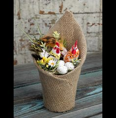 Stroik wielkanocny eko- juta, kogut i kurka - Pisankowo - Dekoracje wielkanocne Fall Arts And Crafts, Spring Crafts, Diy And Crafts, Crafts For Kids, Burlap Projects, Burlap Crafts, Easter Crafts, Christmas Crafts, Easter Flower Arrangements