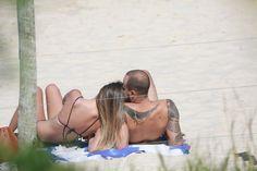 Fila andou! Acompanhado, Paulo Vilhena curte dia de praia no Rio | Jetss
