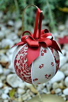 Vianočná guľa je vyrobená technikou nešitý patchwork, ozdobená je bielou lemovkou a bordovou stuhou....