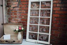 Sitzplan Hochzeit auf Vintage Fenster - Lässige Gartenhochzeit mit Vintage Chic | Hochzeitsblog The Little Wedding Corner
