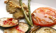 Parrillada de verduras con vinagreta. Ideal para las dietas vegetarianas y veganas, parrillada de verduras (tomates, espárragos verdes, setas, berenjenas...) con vinagreta de almendras y avellanas. #parrillada #verduras #veganos