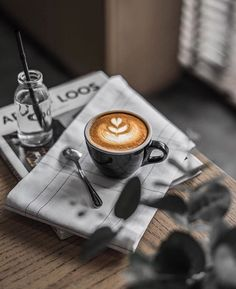 Great ways to make authentic Italian coffee and understand the Italian culture of espresso cappuccino and more! Coffee Latte Art, Coffee Cafe, Espresso Coffee, Coffee Drinks, Coffee Brewer, Drinking Coffee, Coffee Shop Photography, Food Photography, Momento Cafe