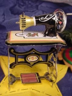 Vintage-style-MINIATURE-TIN-SEWING-MACHINE-for-Dollhouse-or-CHRISTMAS-tree