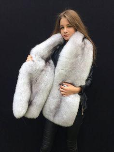 So soft huh? Stunning Brunette, Cool Girl Style, Queen Photos, Fur Clothing, Fabulous Furs, Fur Wrap, Fur Accessories, Fur Stole, Fox Fur Coat