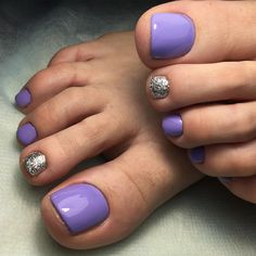 Semi-permanent varnish, false nails, patches: which manicure to choose? - My Nails Purple Pedicure, Purple Toe Nails, Purple Toes, Pretty Toe Nails, Gel Pedicure, Toe Nail Color, Cute Toe Nails, Pedicure Colors, Summer Toe Nails
