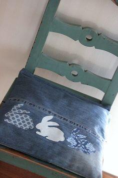 63 Ideias de Artesanato com Jeans Para Fazer em Casa Diy Jeans, Sewing Jeans, Recycle Jeans, Jean Crafts, Denim Crafts, Blue Jean Quilts, Sewing Crafts, Sewing Projects, Denim Ideas
