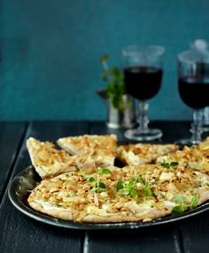 Valkoisen pizzan kastikkeena on jogurttia ja täytteenä karamellisoituja sipuleita, päärynöitä, sinihomejuustoa ja suolapähkinöitä. | K-Ruoka