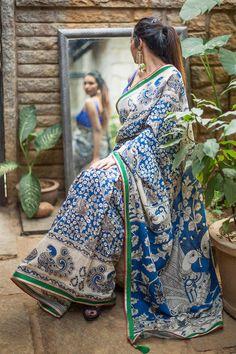 Semi crepe saree with blue and white Kalmakari print & green,red gold border details Sambalpuri Saree, Kalamkari Saree, Bollywood Saree, Crepe Saree, Cotton Saree, Cotton Silk, House Of Blouse, Simple Sarees, Stylish Sarees