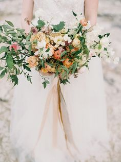Loose and wild bridal bouquet | Wedding & Party Ideas | 100 Layer Cake