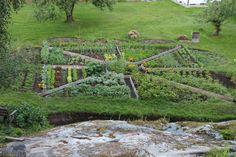 Inspirere deg til lagspill med naturen Garden Bridge, Organic Gardening, Golf Courses, Outdoor Structures, Organic Farming