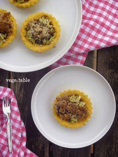 vegeintable: Crostatine di Polenta con Pomodorini Secchi, Verza e Crumble di Mandorle