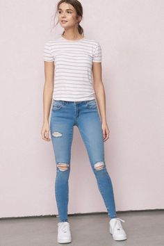 Ripped Jeans Women To Wear This Season – Trendy Fashion Ideas Teen Fashion Outfits, Modern Outfits, Simple Outfits, Classy Outfits, Look Fashion, Trendy Fashion, Korean Fashion, Fashion Ideas, Casual College Outfits