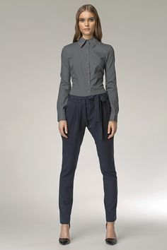 Nife - štýlové elegantné nohavice so zníženýmpásom vhodné do práce i na voľný čas. Mäkký pružný materiál a zúžený slim strih s vreckami krásne predĺžia tvoje nohy. Lodičky im budú viac než naklonené:-) S týmto modelom nohavíc môžeš úžasne experimentovať, ich mierne netradičný dizajn ti dáva mnoho možností na hľadanie svojho vlastného štýlu. Skúsiš to? :-) Modelka je vysoká 175 cm a má na sebe veľ. 36  Dodacia doba cca 10 pracovných dní. Veľkostné tabuľky