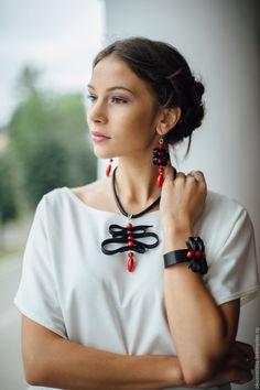 Funky Jewelry, Modern Jewelry, Jewelry Crafts, Clay Jewelry, Diy Earrings, Leather Earrings, Leather Jewelry, Brooches Handmade, Handmade Necklaces