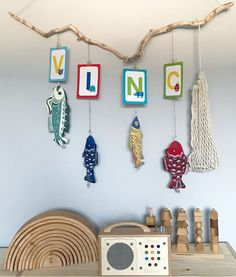 Postkarten als Mobilé machen sich ganz wunderbar im Kinderzimmer. #diy #ideen #kinderzimmer #deko #wandgestaltung