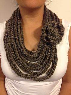 Chain scarf w flower