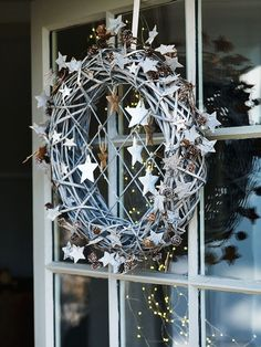 er kan meer met de geprikte sterren...  love this very Scandinavian wreath with stars for winter decor! KL